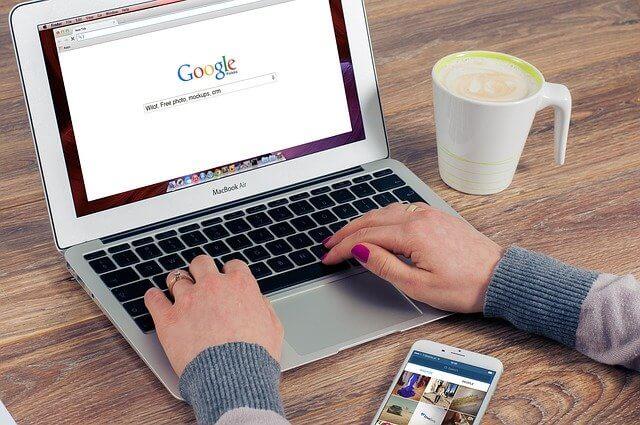 Eine Person sucht bei Google nach Informationen